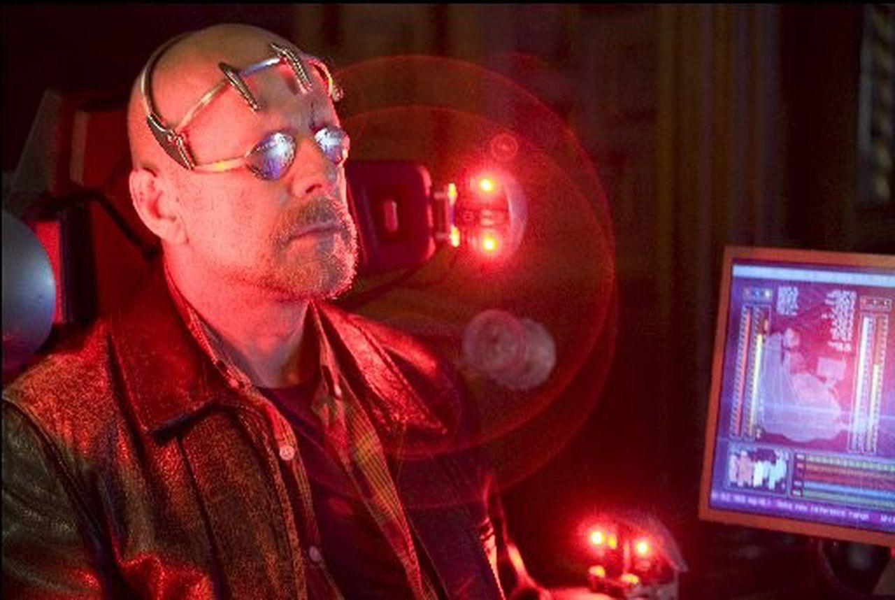 """Scenă din filmul """"Surrogates"""" (2009), cu Burce Willis în rolul principal"""